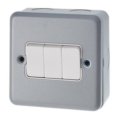 MK 10A 3 Gang Single Pole 2 Way Metalclad Switch - Grey)